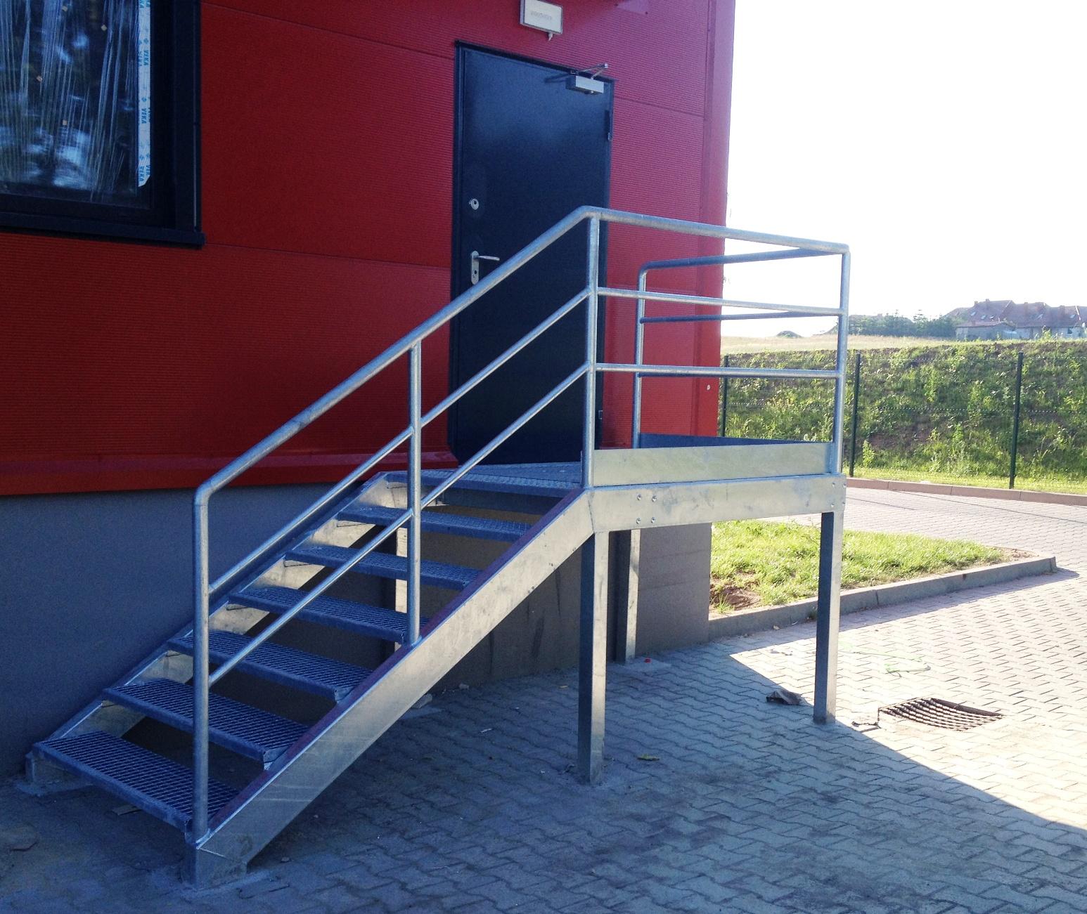 Schody stalowe ocynkowane dla centrum logistycznego