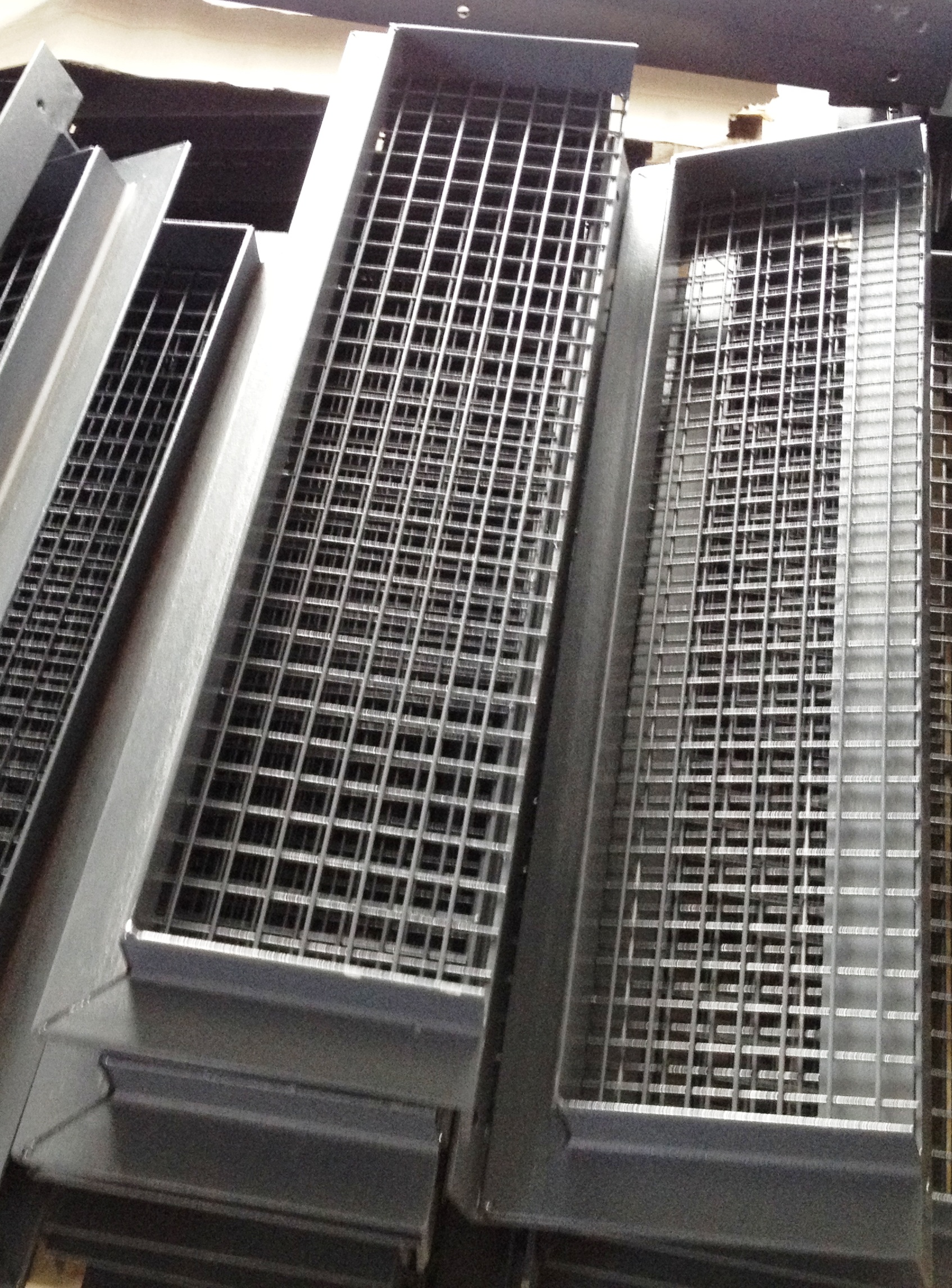 Kratki wentylacyjne duże z kątownika L50 na kominy