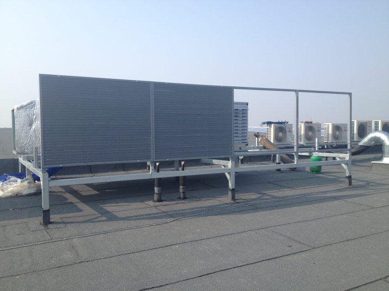Wykonanie żaluzji stalowych zasłaniających centrale dachowe na nowym obiekcie produkcyjnym