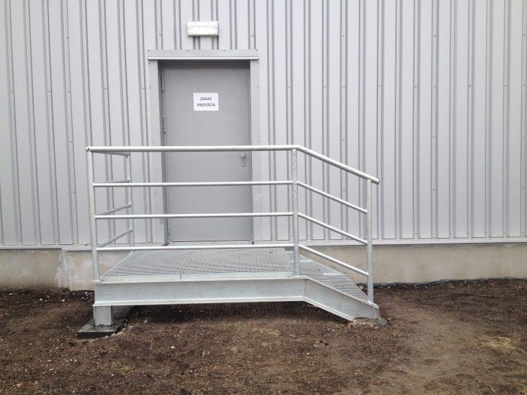 Schody stalowe ocynkowane dla obiektu przemysłowego.