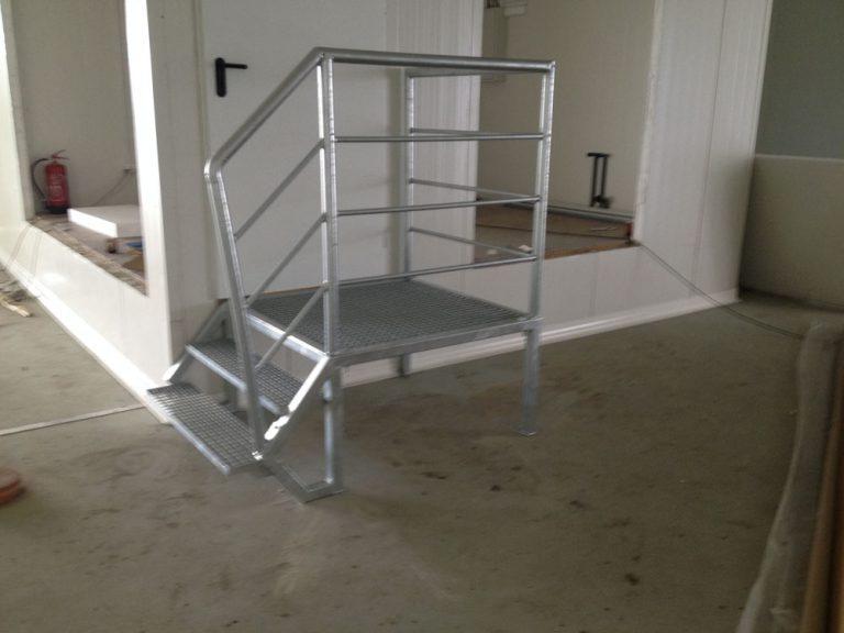 Wykonanie balustrad schodów i odbojów stalowych