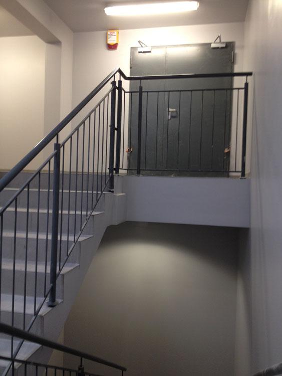 Balustrady i pochwyty na klatce schodowej galerii handlowej. Furtka antypaniczna