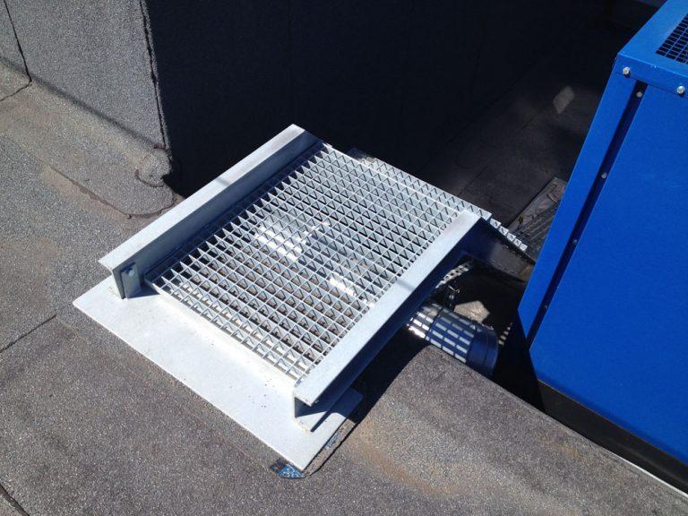 Wykonanie schodów dla agregatu prądotwórczego na dachu budynku.