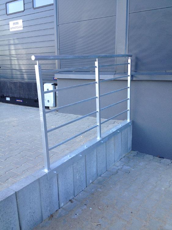 Wykonanie i montaż balustrad ocynkowanych z kątownikiem nakładanych na płyty betonowe.
