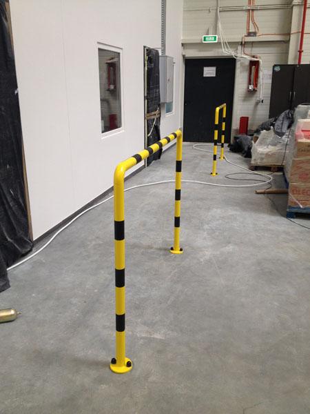 Wykonanie i montaż odbojów malowanych proszkowo przy biurach w centrum logistycznym