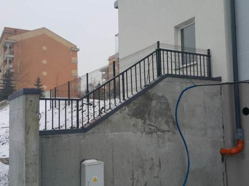 Balustrady zewnętrzne przy bloku mieszkaniowym