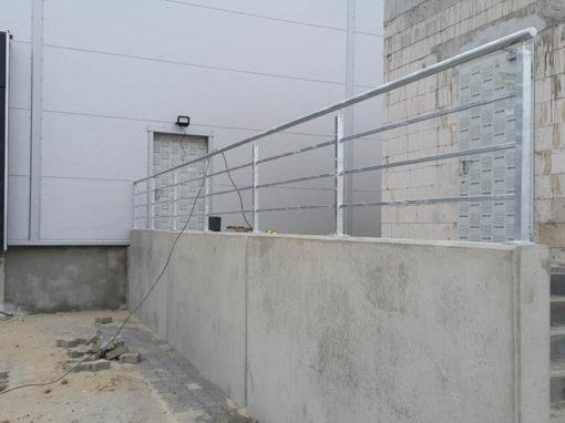 Balustrady ocynkowane przy hali produkcyjnej